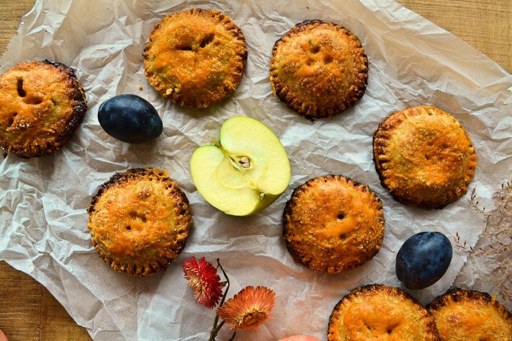 Ръжени мини пайове с ябълки, люти чушки и чедър -