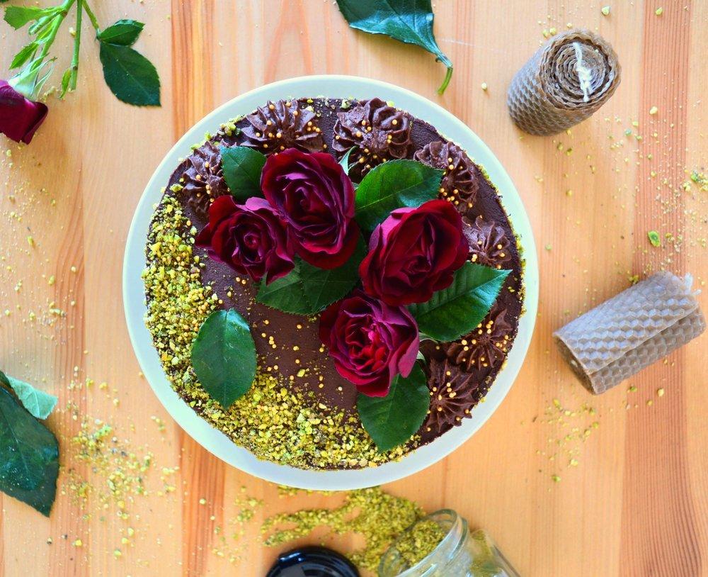 Веган шоколадова торта с шамфъстъки сладко от диви ягоди и малини -