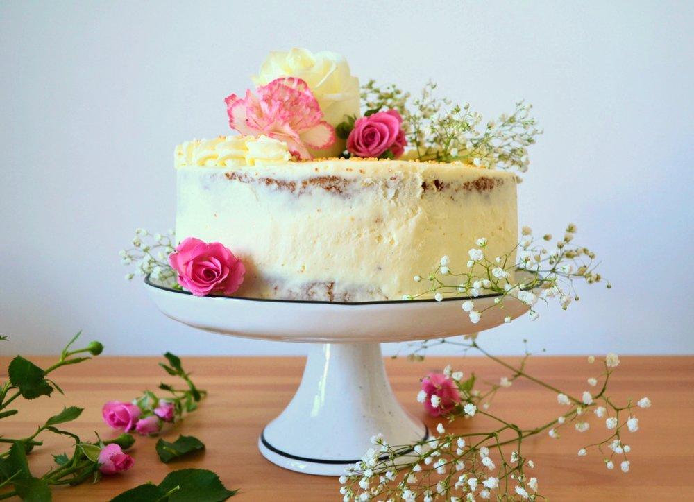Торта с кардамон, мус от крем-сирене и бял шоколад и сладко от ягоди -