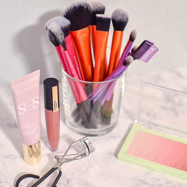 [#RealTechniquesGiftedMe] I've been all about these @realtechniques makeup brushes lately! They've definitely helped me to step up my makeup game and I love the fact that the bristles on each brush are so soft. My go-to brush for the past few weeks is the Instapop Face Brush. This brush is designed for full coverage setting, baking and powder application. I absolutely love the tapered design which allows for concentrated application.  Are you a #RealTechniques fan? What are your go-to makeup brushes? #OctolyFamily • • • • • #makeup #makeupbrushes #makeupjunkie #beauty #beautyblogger #beautylover #mascara #eyeliner #blush #bronzer #foundation #contour #ulta #sephora #pretty #love #flashesofdelight #millennialblogger #michiganblogger #midwestblogger #millennialonthemove