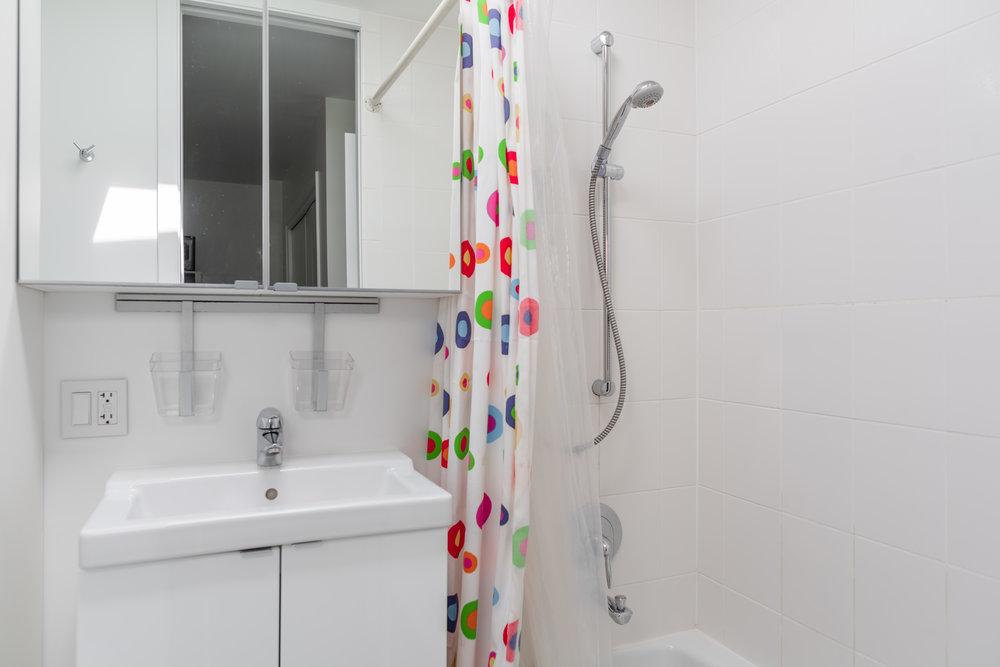 Private Bath (bedroom 3)
