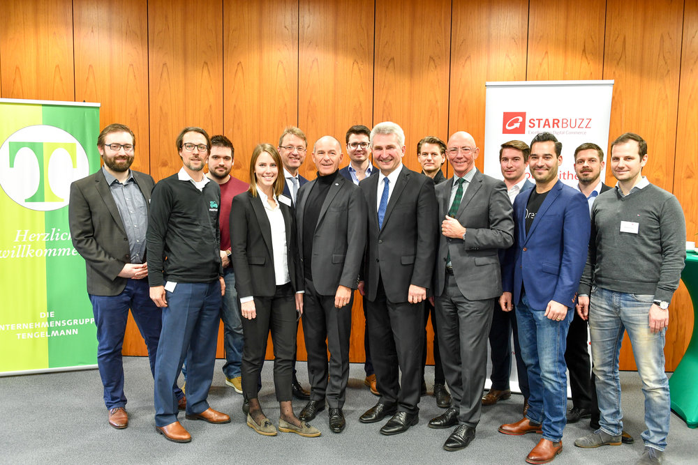 Prof. Dr. Andreas Pinkwart (Minister for Economic Affairs of the State of North Rhine-Westphalia), Karl-Erivan W. Haub (CEO and Managing Partner of Tengelmann Group), and Ulrich Scholten (Lord Mayor of the City of Mülheim an der Ruhr) together with the teams of the first batch of STARBUZZ-Startups.