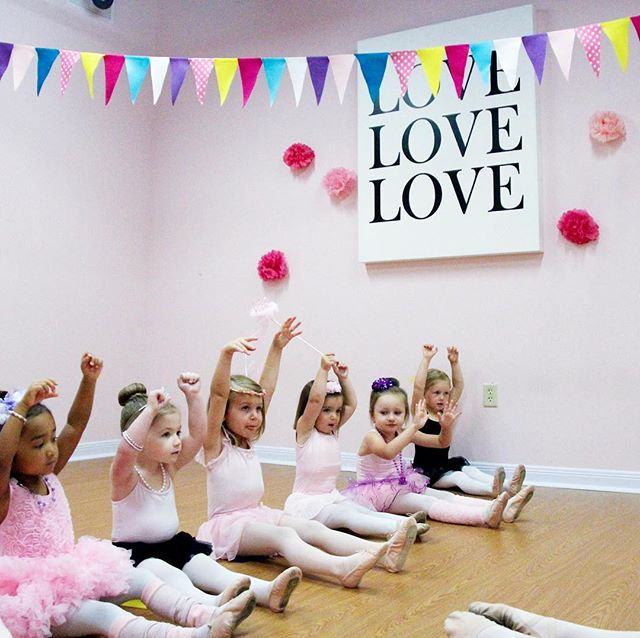 Happy Thursday! It always a great day when you can surround yourself with sweet smiles, giggles and hugs! 💕 . . . . . #tinydancer #preschoolballet #balletclass #ballet #tutu #preschoolers #firstdanceclass  #dancemoms #danceteacher #dancestudio #pink #ballerina