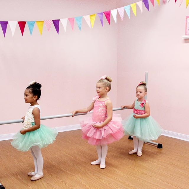 Barre work with these sweetie pies! Working with different levels of dancers is easy with our curriculum! We've taken care of every detail! To try it completely free, follow the link in our profile 💕 . . . . . #danceteacher #preschoolballet #tutu #pink #friend #ballet #dancer #tinydancer #friends #weismanncostumes #cute #pretty #beautiful #lessons #dancelessons #studioowner