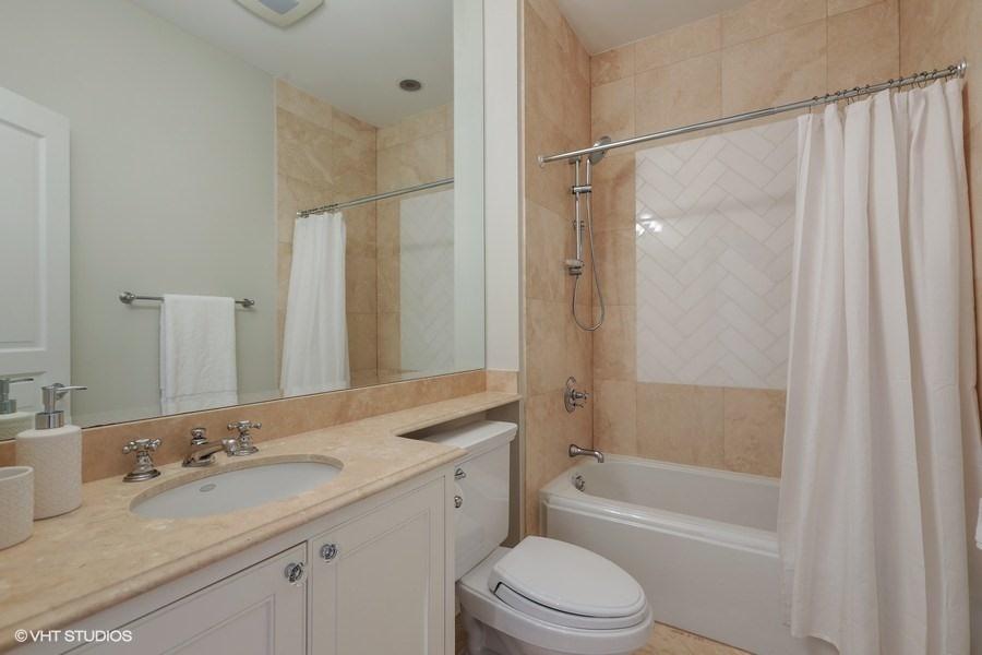 23_2030NDaytonStreet_9_Bathroom_LowRes.jpg