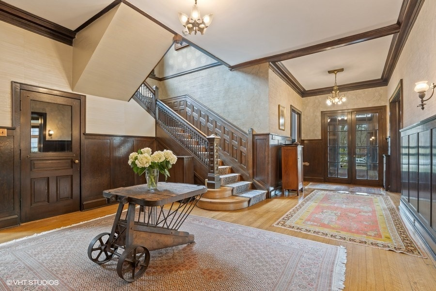 04_4950SWOODLAWNAvenue_32002_Foyer_LowRes.jpg
