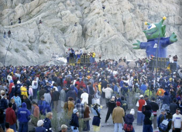 Late 1990's illegal rave outside of Phoenix, AZ (photo: @6amgroup)