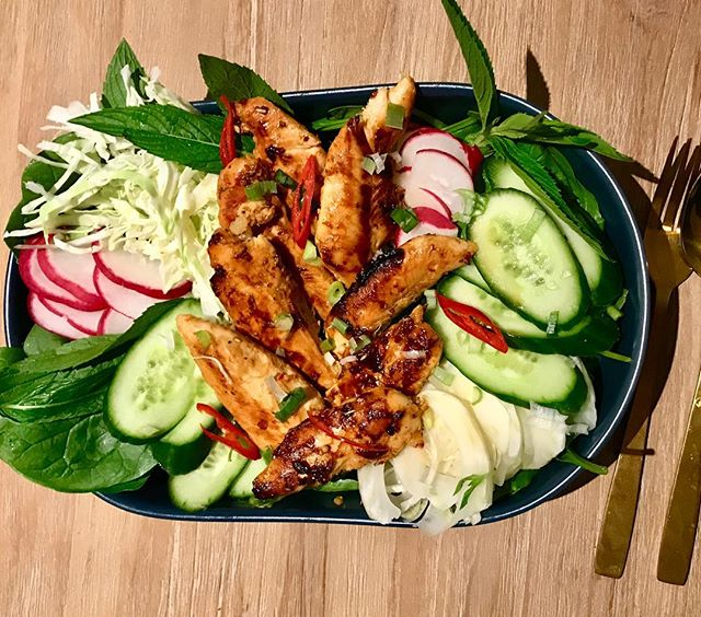 Monday night feeds!! Double tap if you want some of this 😋😋😋 . Whisky Chilli Chicken tenderloins with fresh Slaw and herb salad. . #health #healthyrecipes #wholefoods #dinner #chicken #nutrition #nourish #seedoflifehealth