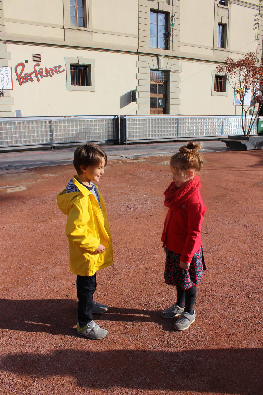 Paul : T'shirt et pantalon Okaidi, imper: Petit Bateau-chaussures perso. Zélia :Vêtements La compagnie des petits-chaussures perso.