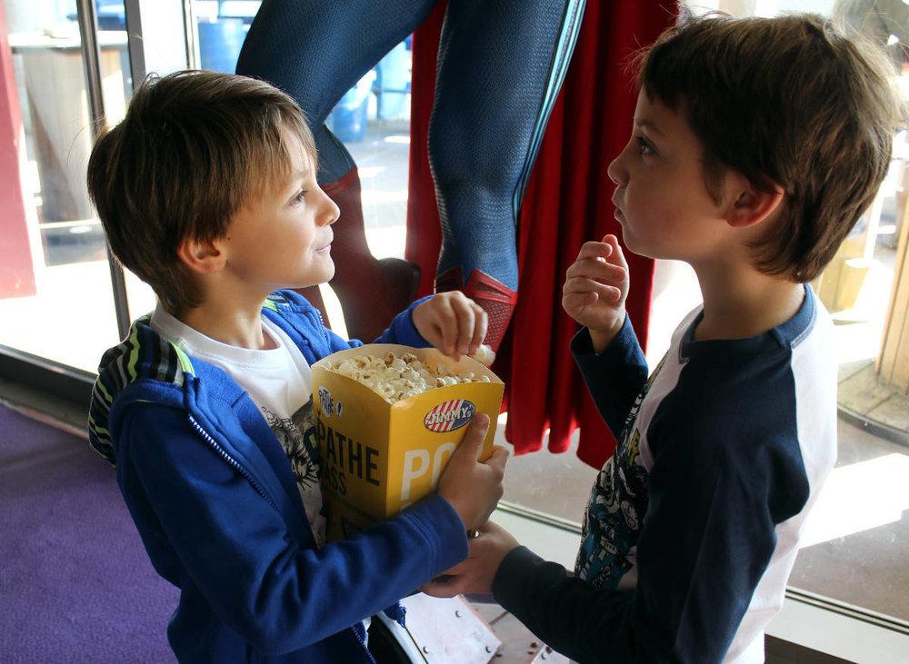 Paul : T'shirt- gilet et pantalon- La compagnie des petits- Amaury : Pantalon et sweat- La compagnie des petits.