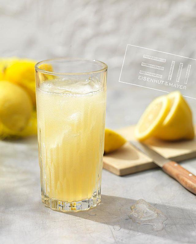 """Bei uns geht's heute sauer zu. Morgen ist der internationale Tag der sauren Süßigkeiten und wir bereiten uns heute schon mit Apfel-Ingwer-Limo mit vieeeeel Zitrone vor. 🍋  Denn sauer macht lustig oder?  Das tolle Rezept findet ihr in """"Alkoholfreie Drinks"""" von @elisabethfischerkocht & @evaderndorfer , erschienen im @brandstaetterverlag • Foto © Eisenhut & Mayer • • #sauermachtlustig #selfmadelimo #sommerdrinks  #eisenhutundmayer #summerinvienna #alkoholfrei  #delicous #refreshing #foodphotography #foodphotographers #igersvienna #photooftheday #foodography #freshfood #foodiesvienna #wienstagram #homemade #wien #igersaustria #igersaustria  #foodphotography #tasty #love #foodblogger #foodstyling #delicious #makeitdelicious #recipes #sommer"""