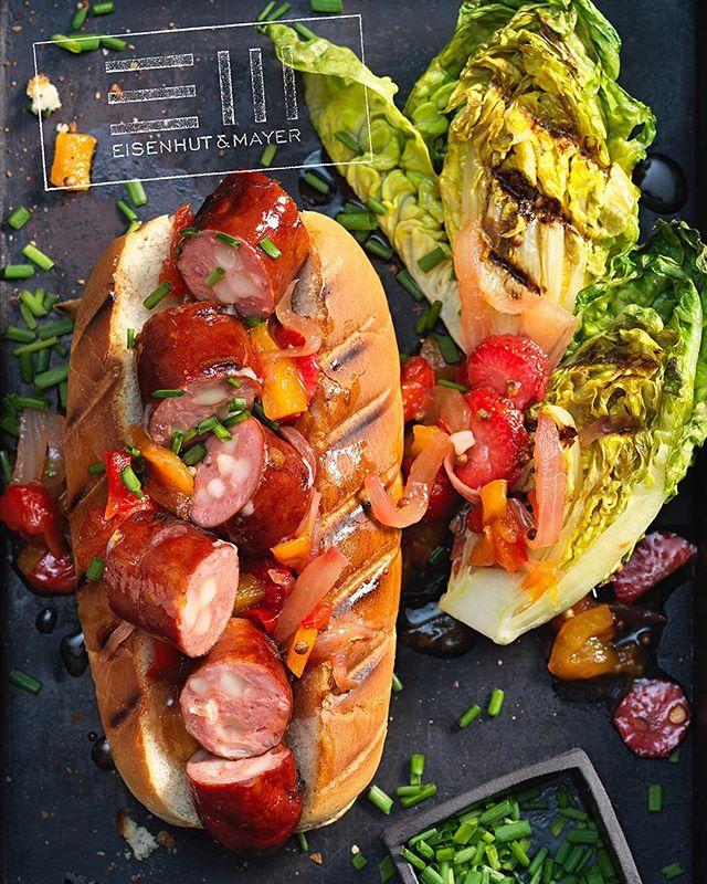 Wer hat da Hot Dog gesagt ? 🌭  Wir haben den Hund mal wienerisch gemacht und präsentieren euch den Wiener-Hund mit Käsekrainer.  Damit für Nachtisch gesorgt ist und man sich nicht bewegen muss, gibt's Erdbeeren direkt mit dazu.  Perfekt am Tag des Hot Dogs, am heißen Sommertag und in lauen Nächten - also eigentlich immer! • Foto © Eisenhut & Mayer Rezept für @merkurmarkt • • #hotdog #internationalhotdogday #wienerhund  #eisenhutundmayer #summerinvienna #🌭 #delicous #refreshing #foodphotography #foodphotographers #igersvienna #photooftheday #foodography #freshfood #foodiesvienna #wienstagram #homemade #wien #igersaustria #igersaustria  #foodphotography #tasty #love #foodblogger #foodstyling #delicious #makeitdelicious #recipes #sommer