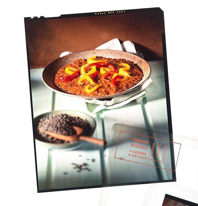 """Linseneintopf fand die Oma schon gut. Und die hat doch immer Recht oder?  Linseneintopf nach kreolischer Art ist dann ja noch besser, Urlaubsfeeling inklusive. 🌞  Wer hält denn dieses köstliche aussehende Dia gerade in der Hand, und wünscht sich in die Karibik? Einen Flug können wir zwar nicht anbieten, dafür aber """"Das große Servus Kochbuch"""", also meld dich bei uns mit einem Foto des Dias, und ab geht die Post. 💌  #Linseneintopf #kreolcuisine #tb  Foto © Eisenhut & Mayer • • • • #eisenhutundmayer #summerinvienna #vegangrillen  #delicous #animalsarefriends #foodphotography #foodphotographers #igersvienna #photooftheday #foodography #freshfood #foodiesvienna #wienstagram #homemade #wien #igersaustria #igersaustria  #foodphotography #tasty #love #foodblogger #foodstyling #delicious #makeitdelicious #recipes #sommer"""