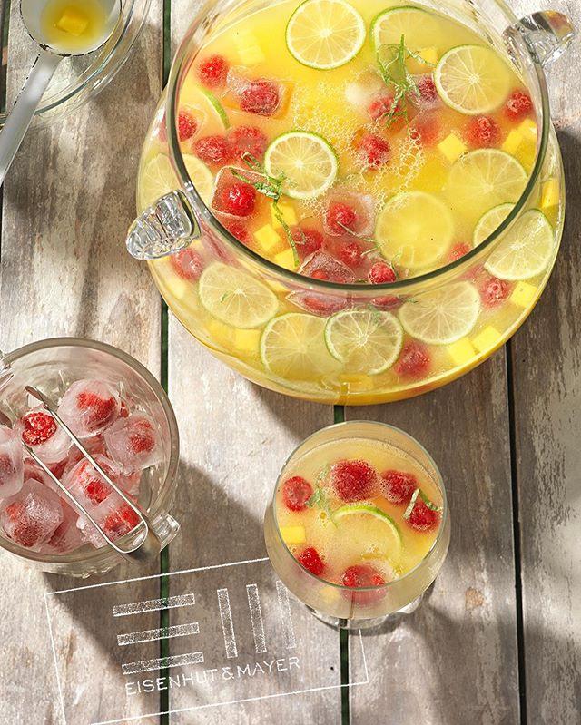 """Kopfsprung und rein ins kühle Nass Geht nicht? Unsere Foodstylisten haben sich da was überlegt: Erfrischend, kühle Ananas-Bowle mit Limetten und Himbeeren, und und und. 🍹  Wenn ihr wissen wollt wie's geht, dann guckt doch mal in """"Alkoholfreie Drinks"""" von @elisabethfischerkocht & @evaderndorfer , erschienen im @brandstaetterverlag rein  Foto © Eisenhut & Mayer • #ananasmangobowle #bowle #frischekick • • • • #eisenhutundmayer #summerinvienna #drinks  #delicous #longdrinks #foodphotography #foodphotographers #igersvienna #photooftheday #foodography #freshfood #foodiesvienna #wienstagram #homemade #wien #igersaustria #igersaustria  #foodphotography #tasty #love #foodblogger #foodstyling #delicious #makeitdelicious #recipes #sommer"""