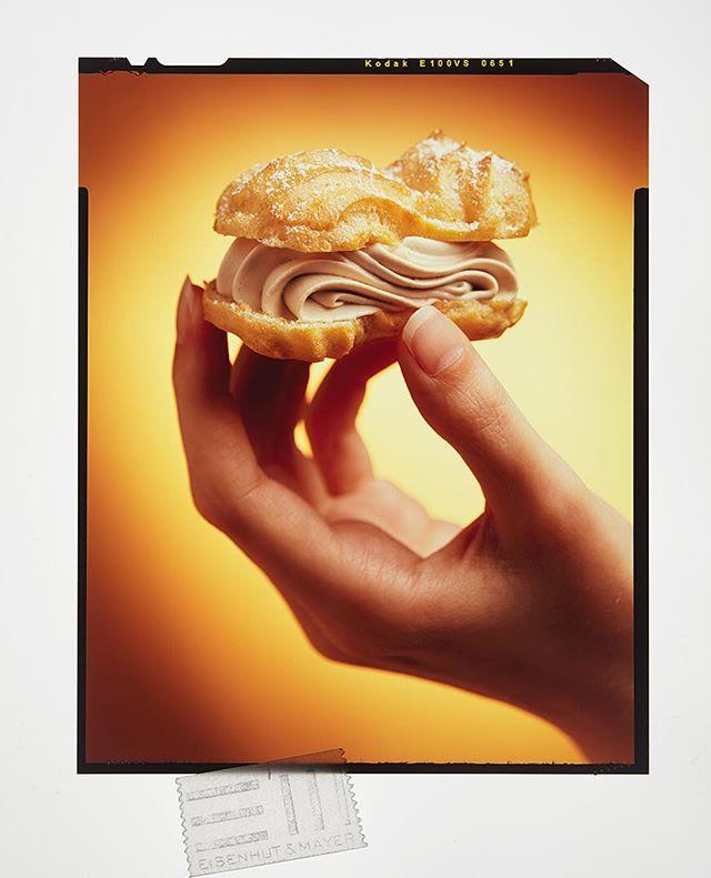 """Eigentlich ist ja heute der Sandwich-Eis-Tag.  Sandwich finden wir gut, Eis heute mal nicht.  Deswegen gibt's bei uns heute Eclair gefüllt mit Kaffee-Creme.  Klingt doch auch gut oder? 🍦 🥪  Und wieder gilt, am #throwbackthursday :melde dich wenn du dieses Dia dein Eigen nennst.  Eclair können wir dir nicht anbieten, dafür aber """"Das große Servus Kochbuch""""  #eclair  #tb  #filmisnotdead  Foto © Eisenhut & Mayer • • • • #eisenhutundmayer #summerinvienna #sandwicheis  #delicous #sweettooth #foodphotography #foodphotographers #igersvienna #photooftheday #foodography #freshfood #foodiesvienna #wienstagram #homemade #wien #igersaustria #igersaustria  #foodphotography #tasty #love #foodblogger #foodstyling #delicious #makeitdelicious #recipes #sommer"""