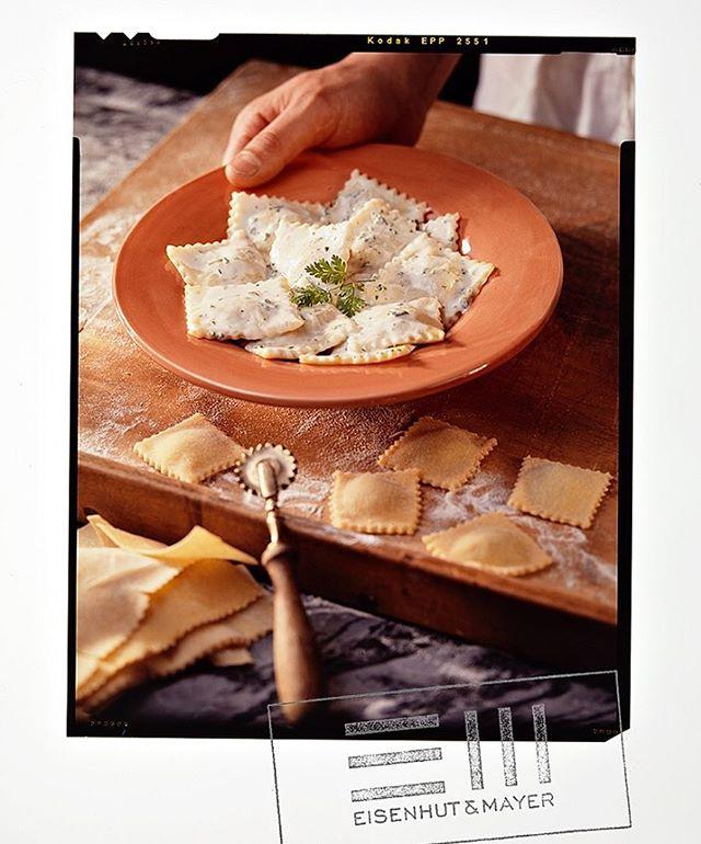 """Oh bella Italia.  Egal wie heiß die Sonne brennt, italienische Spezialitäten finden wir super.  Und wenn das dann auch noch so köstlich aussieht, können wir gar nicht widerstehen.  Damals wie heute.  Die Studioküche hat schon einige Köstlichkeiten gesehen.  Grazie mille, für diese tolle Erfindung: die Ravioli  Falls dir gerade das Wasser im Mund zusammen läuft während du auf das Original-Dia starrst, dann melde dich bei uns.  DU hast das """"Shaking Salad"""" Kochbuch von Karin Stöttinger gewonnen.  #Ravioli  #bellaitalia  #TB  Foto © Eisenhut & Mayer • • • • #eisenhutundmayer #summerinvienna #pasta  #delicous  #sweettooth #foodphotography #foodphotographers #igersvienna #photooftheday #foodography #freshfood #foodiesvienna #wienstagram #homemade #wien #igersaustria #igersaustria  #foodphotography #tasty #love #foodblogger #foodstyling #delicious #makeitdelicious #recipes #sommer"""