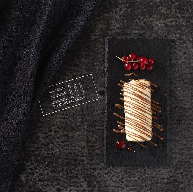 Heute feiern wir den Geburtstag von Milton S. Hershey, denn er hat uns den internationalen Schokoladenfeiertag beschert.  Ihm würde sicher das Wasser im Mund zusammenlaufen, beim köstlichen Anblick von weißem Schokoladenmousse garniert mit dunkler Schokolade und Preiselbeeren.  Gibt's im Il Melograno im Ersten !  #internationalchocolateday  #schokoladentag  #schokolademachtglücklich  Foto © Eisenhut & Mayer • • • • #eisenhutundmayer #summerinvienna #drinks  #delicous  #allsummer #foodphotography #foodphotographers #igersvienna #photooftheday #foodography #freshfood #foodiesvienna #wienstagram #homemade #wien #igersaustria #igersaustria  #foodphotography #tasty #love #foodblogger #foodstyling #delicious #makeitdelicious #recipes #sommer