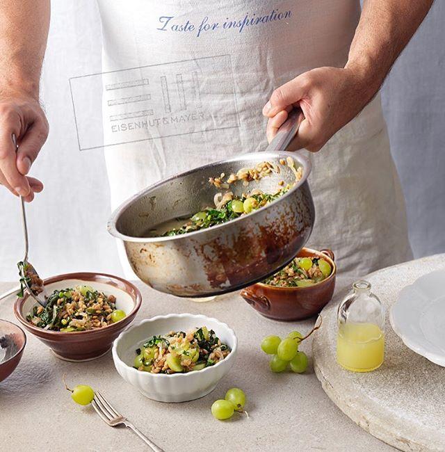 """Heute ist definitiv der Tag unserer Foodstylisten, der Tag des Kochens! Und den feiern wir ganz gesund mit Risotto an Gemüsesuppe. Für den etwas anderen Kick, hat unser Foodstylist Weintrauben dazu gegeben.  Köstlich!  Falls ihr mehr Inspiration braucht, schaut mal in """"Das große Servus Kochbuch"""" rein.  #risotto #tagdeskochens #tasteforinspiration  Foto © Eisenhut & Mayer Rezept von @servusmagazin • • • • #eisenhutundmayer #summerinvienna #drinks  #delicous  #allsummer #foodphotography #foodphotographers #igersvienna #photooftheday #foodography #freshfood #foodiesvienna #wienstagram #homemade #wien #igersaustria #igersaustria  #foodphotography #tasty #love #foodblogger #foodstyling #delicious #makeitdelicious #recipes #sommer"""