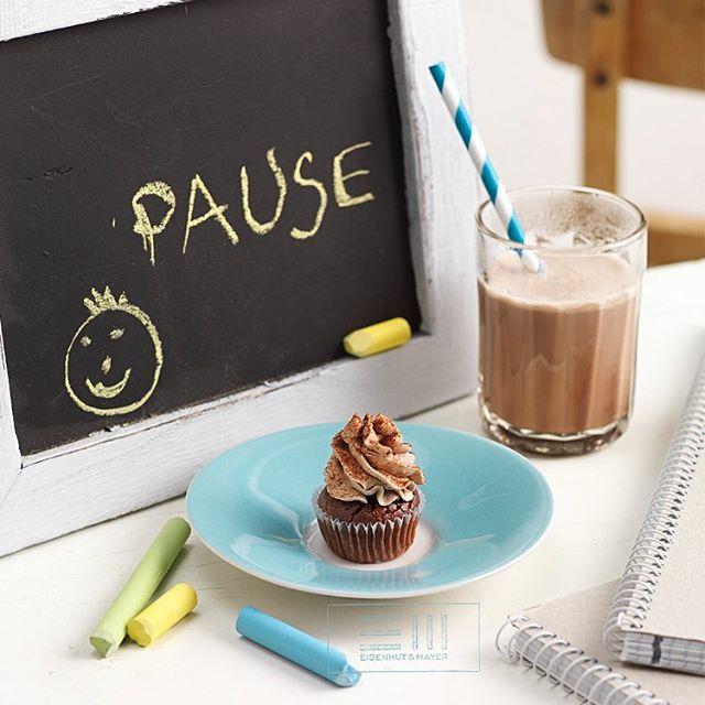 """Es ist offiziell Herbst: Sommer vorbei, Ferien vorbei.  Von den Nachrichten brauchen wir erstmal eine Pause,  legen die Füße hoch und schlürfen kalten Kakao.  Der """"Tag-des-kalten-Kakaos"""" eignet sich also perfekt dazu, um neue Reisepläne für die kalten Tage zu schmieden.  #tagdeskaltenkakaos #kakao #chocolatemilkday  Foto © Eisenhut & Mayer Rezept von Renate Gruber aus dem Buch """"Mini Cupcakes"""" erschienen im @brandstaetterverlag • • • • #eisenhutundmayer #summerinvienna #drinks  #delicous  #allsummer #foodphotography #foodphotographers #igersvienna #photooftheday #foodography #freshfood #foodiesvienna #wienstagram #homemade #wien #igersaustria #igersaustria  #foodphotography #tasty #love #foodblogger #foodstyling #delicious #makeitdelicious #recipes #sommer"""