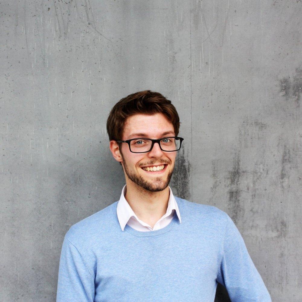 Nathan Bracke   Nathan is een jonge, talentvolle psycholoog die afstudeerde aan de Universiteit Gent. Hij werkt met adolescenten en (jong)volwassenen vanuit een cognitief-gedragstherapeutisch en oplossingsgericht kader. Daarbij houdt hij van een (pro)actieve aanpak. Door middel van (niet-verplichte) huiswerkopdrachten, gedachten- en gedragsexperimenten en gerichte vragen probeert hij samen met jou te ontdekken hoe jij het beter kan hebben.  Momenteel volgt Nathan de voortgezette therapieopleiding cognitieve-gedragstherapie aan de UGent.  Nathan is zelfstandige in hoofdberoep en werkt voltijds voor de praktijk in Gent. Hier geeft hij ook workshops rond het thema positief denken.