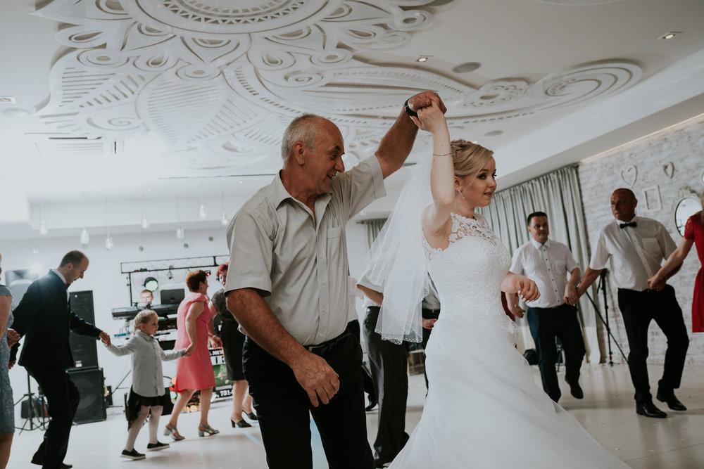0956_Paulina&Bartosz________fotoreportaz_ze_slubu_sosnie_wesela_kaczory_deluxe_____fotografia_slubna_www_amfoto_pl_AMF_1092.jpg