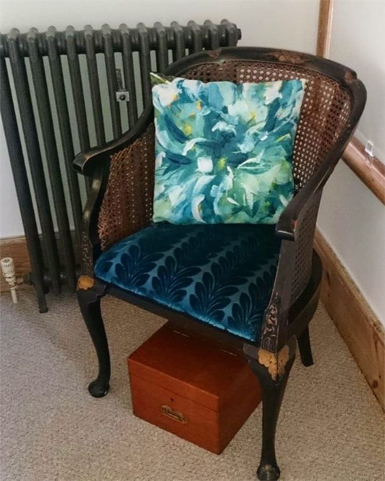 Happy customer with Turquoise Flower cushion landing pride of place on the turquoise seat cushion. #makeindesign #abspdm3 #wraptiouscushioncompetition #wraptious #cushion #cushioncover  #lovefridays #interiordesign #seatcover #chair #chaircushion #vintagechair #chateauneuf #armchair #louisxv #rococo #louisxvi #gentlemensclub #gentlemansclub #gentlemenslounge