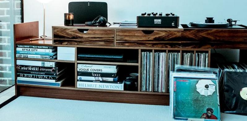 En la serie de contenidos Home Listening (foto: Bicep), un equipo de Resident Advisor pasa una jornada en la intimidad con los artistas y sus colecciones de discos. Photo credit:Sophia Spring.