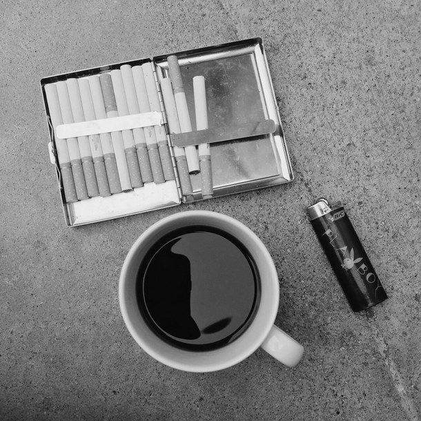 Así, con un café y tus cigarros predilectos (y con el New York Times abierto de par en par o alguna que otra app random abierta en el móvil para disimular tu desamparo), un domingo sabe mucho mejor.