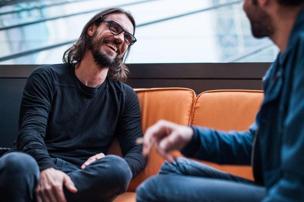 Steve Bug, relajado y sonriendo mientras charla con su interlocutor aka Vanity Dust.© Marta Vilardell.
