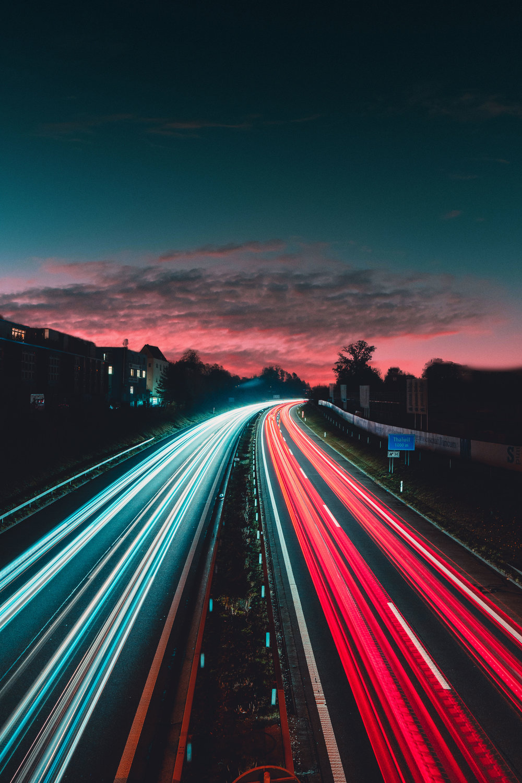 La imagen no corresponde a Barcelona, pero todos nos imaginamos así una autopista techno al caer la tarde.