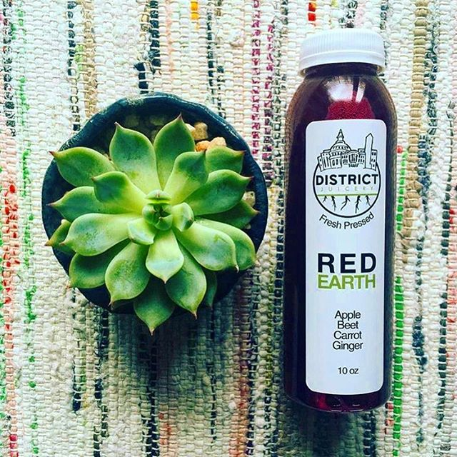 Red and green are complementary colors. Just like how the 🍎+🥕 in @districtjuicery's juice complement our Mondays. 🤗 --- #madeintastelab #acreativedc #dcfoodporn #bythings #pineappledc #pinefor #f52grams #igdc #healthyish #juice #madeindc #refuel