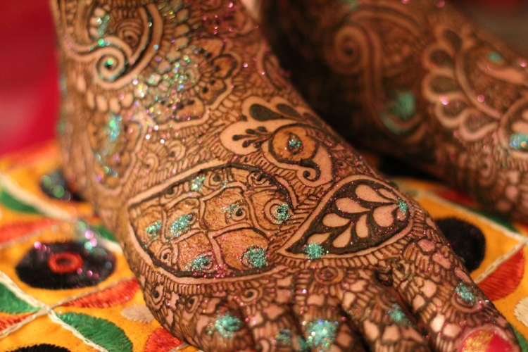 Amazing mehndi details from Hiral Henna