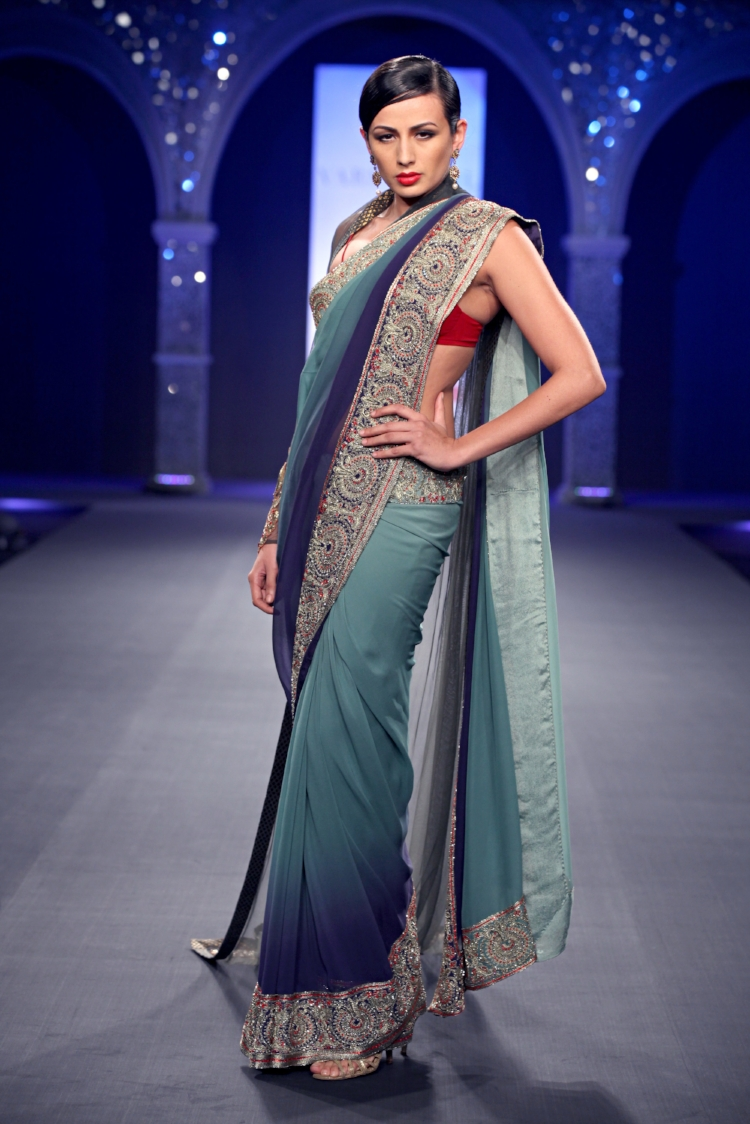 A splash of red blouse makes this blue-sari sparkle