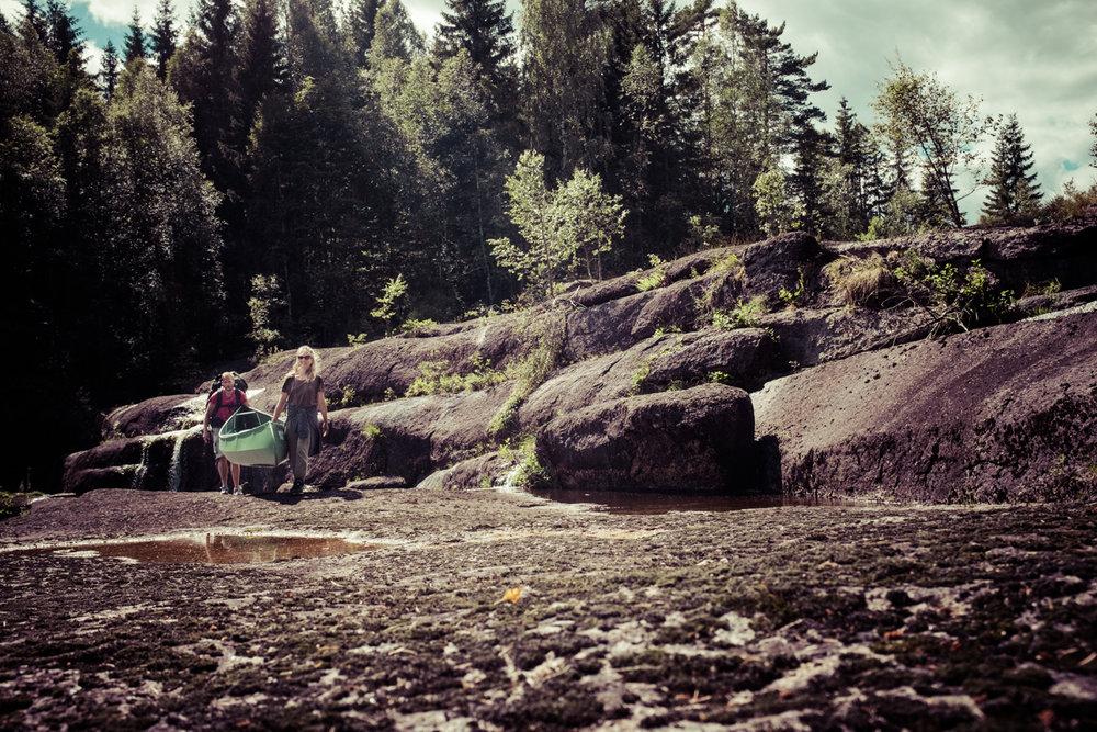 Kanobæring, en etter hvert familiær akivitet på Siljanelva.