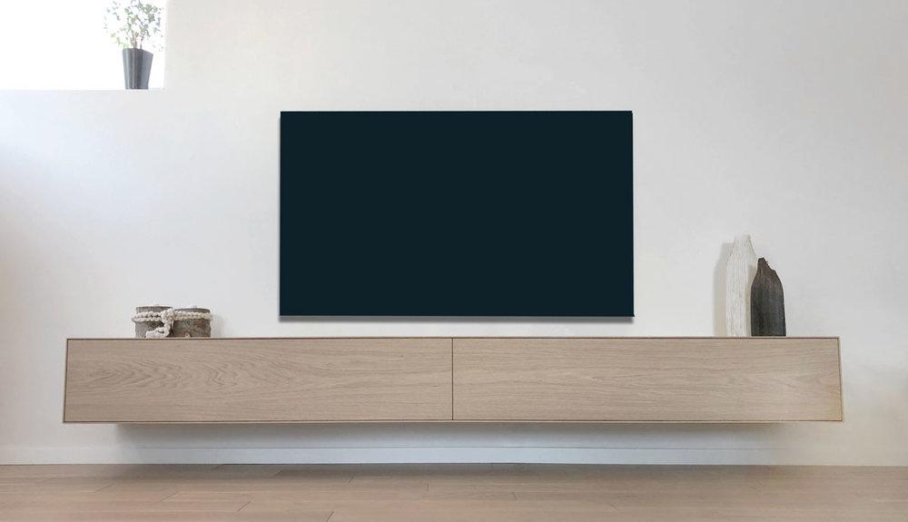 Afbeelding van een vooraanzicht van een minimalistisch design TV meubel op maat in eiken fineer uitgevoerd.