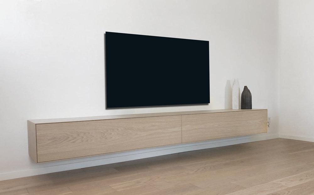 Afbeelding schuin van voren van een TV meubel in eiken fineer.