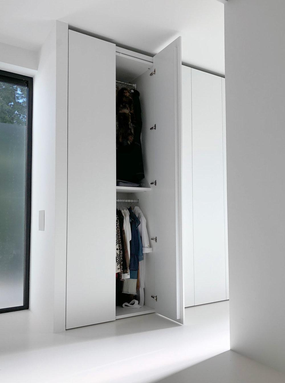 Afbeelding van een ultra mat witte design kledingkast op maat met een volledig geopende deur.
