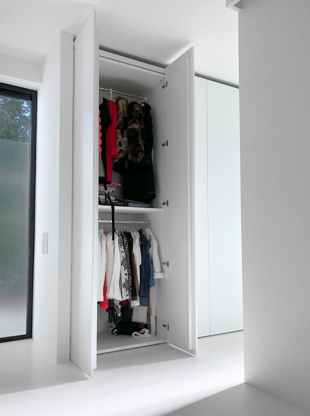 Afbeelding van een kledingkast met een design kledinglift ingeklapt.