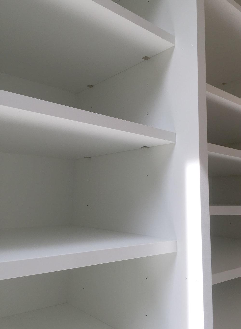 Afbeelding van minimalistische design plankdragers in een kast.