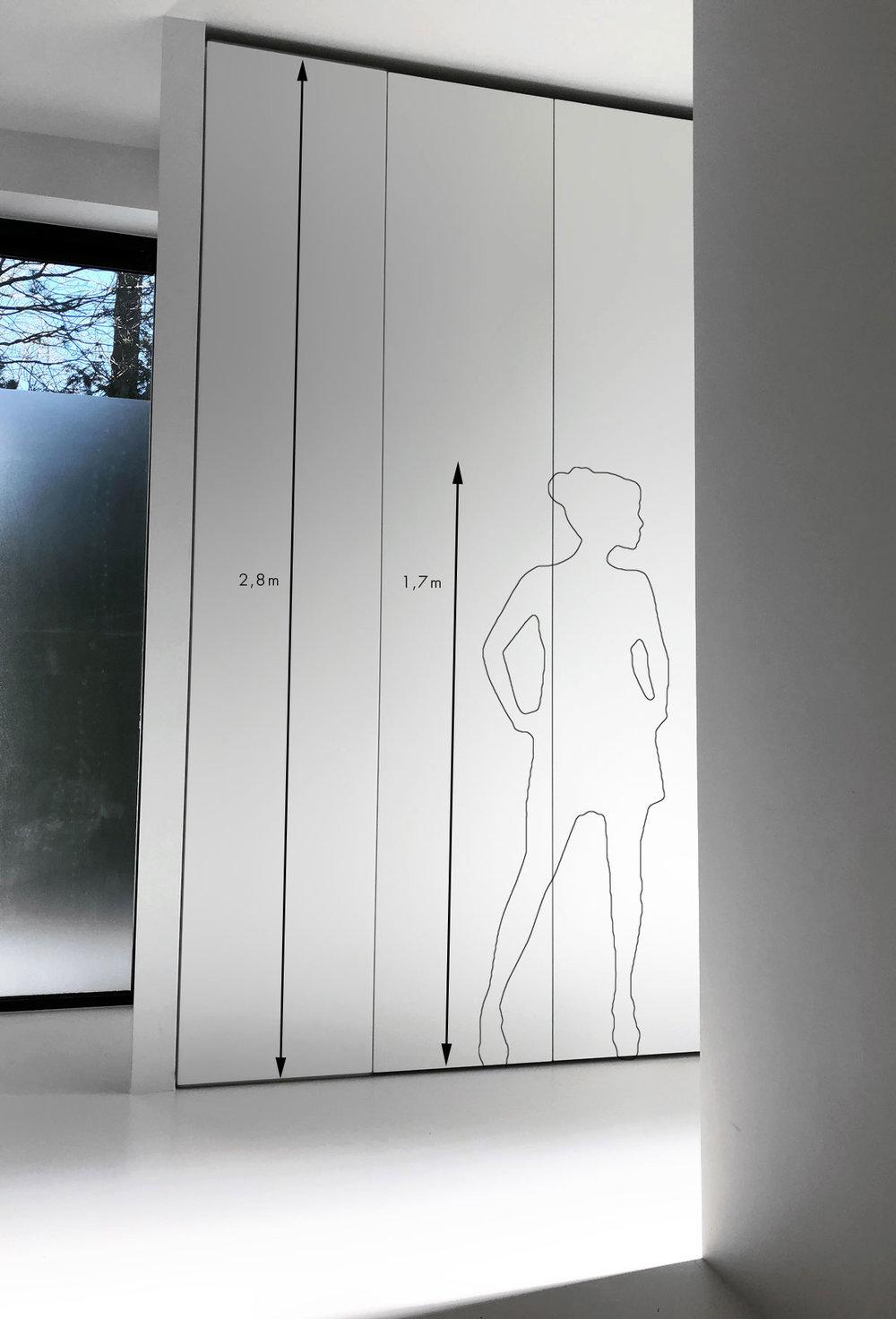 Afbeelding van een design kledingkast op maat met extreem hoge deuren, ter illustratie van de hoogte is er een lijntekening van een persoon figuur zichtbaar.