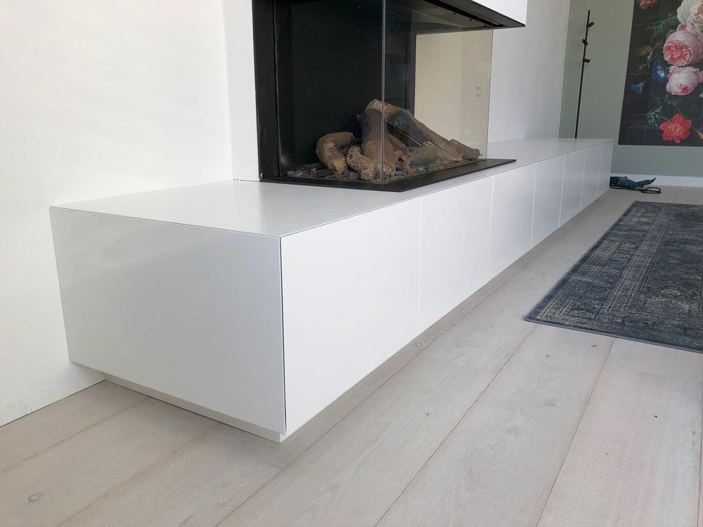 Afbeelding van een TV meubel met gashaard in een moderne inrichting.