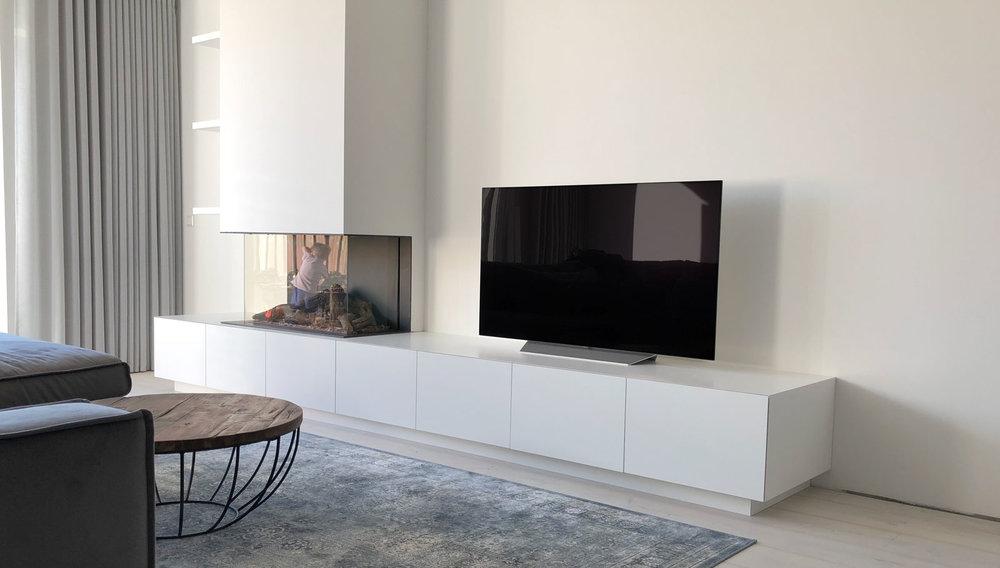 Afbeelding van een TV meubel op maat met gashaard in een minimalistisch interieur.