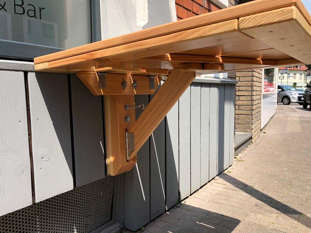 Afbeelding van de uitklaptechniek van een outdoor klaptafel.