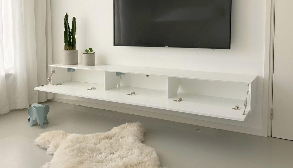 Afbeelding van de binnenkant van een wit TV meubel.