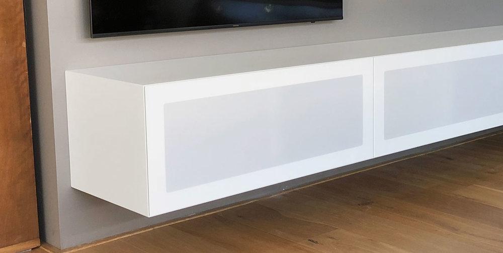 Detailafbeelding van de aansluitingen van een minimalistisch TV meubel op verstek.