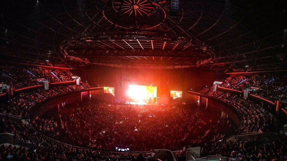 13,000 eager fans watching DUA LIPA on the first night of her biggest UK TOUR so far...  PICTURE BY: PIXIE LEVINSON