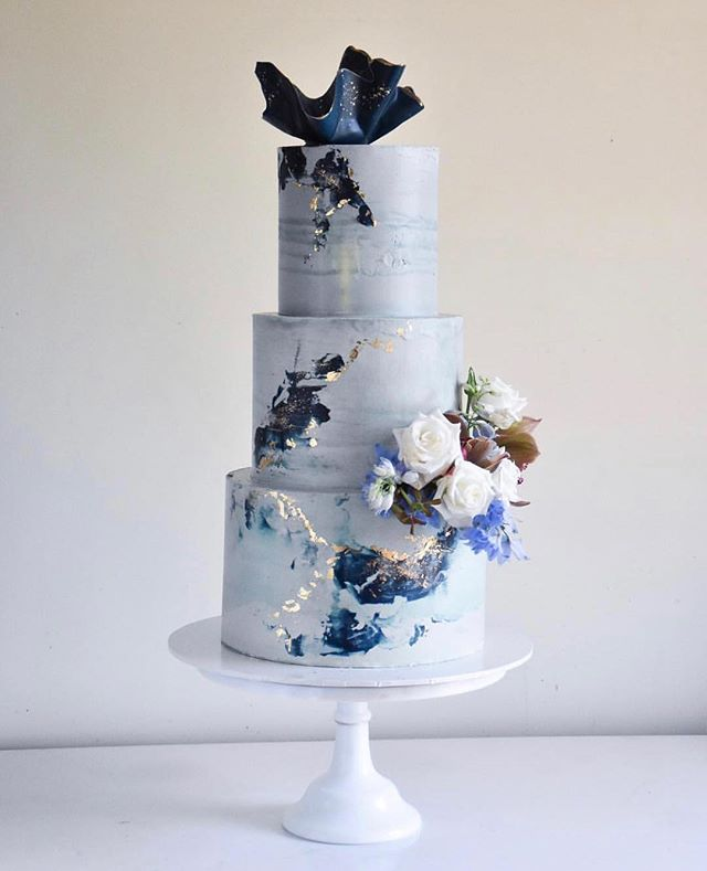 CAKE INSPO // loving this piece of artwork by @laombrecreations.💙. . . . . #weddingcake #cakeart #frosting #floralaccent #bluetheme #navy #delicious #tooprettytoeat