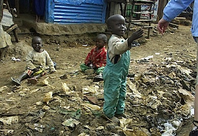 Children_and_open_sewer_in_Kibera.jpg