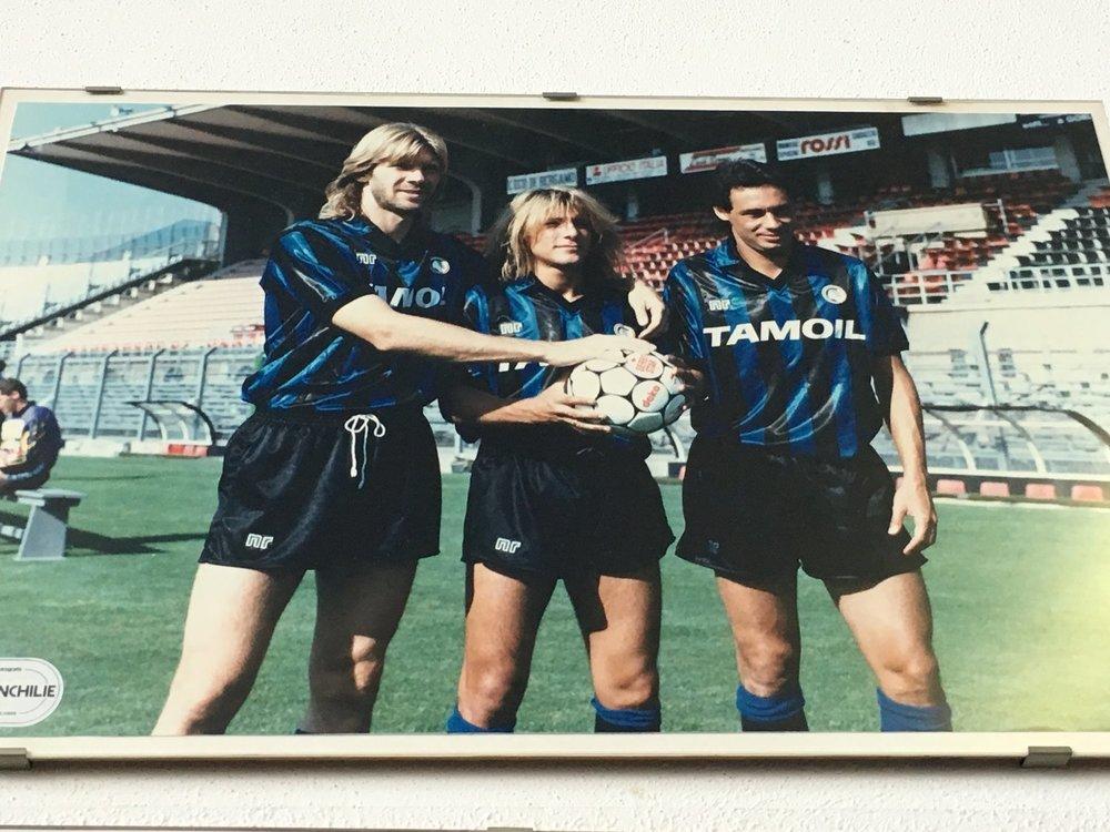 Dengang korte bukser var korte. Glenn Strömberg, Claudio Caniggia og Eviar pryder væggen på baren overfor Atalantas stadion.