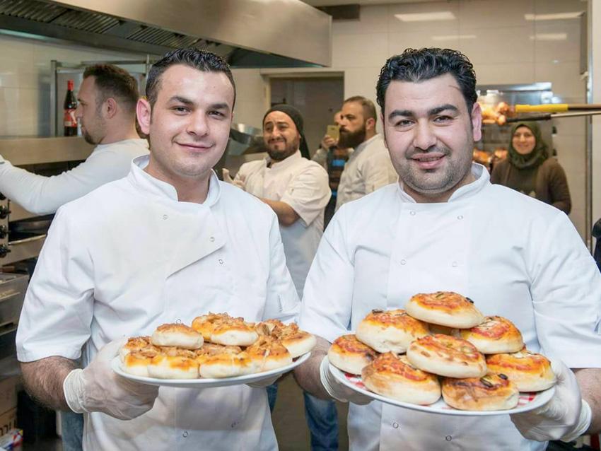 Saher (rechts) en Arabi in hun restaurant Royal Food Hilversum.